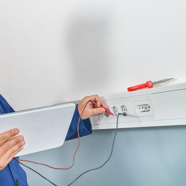 Próbnik napięcia wgniazdku elektrycznym